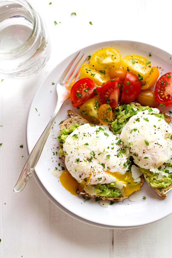 SIMPLE POACHED EGG AND AVOCADO TOAST - Pinch of Yum
